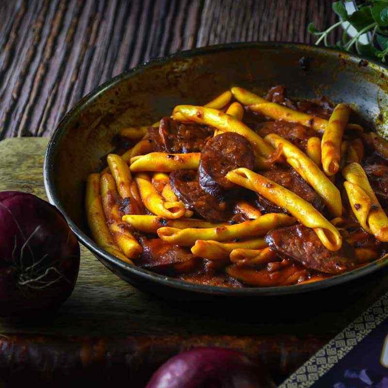 Makaruni s kobasicom u umaku od rajčice