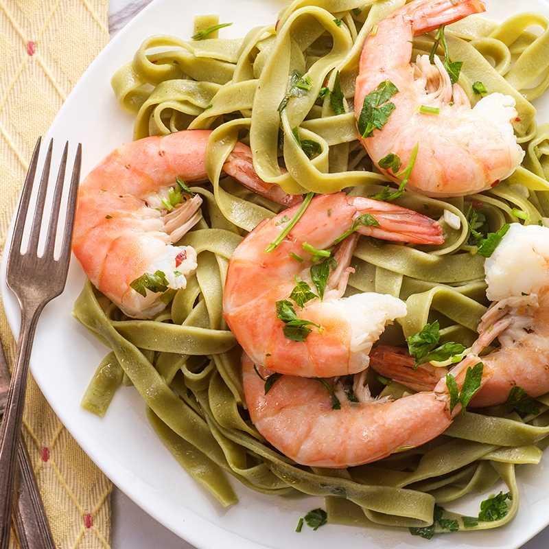 Grüne Tagliatelle mit Zucchini und Scampi