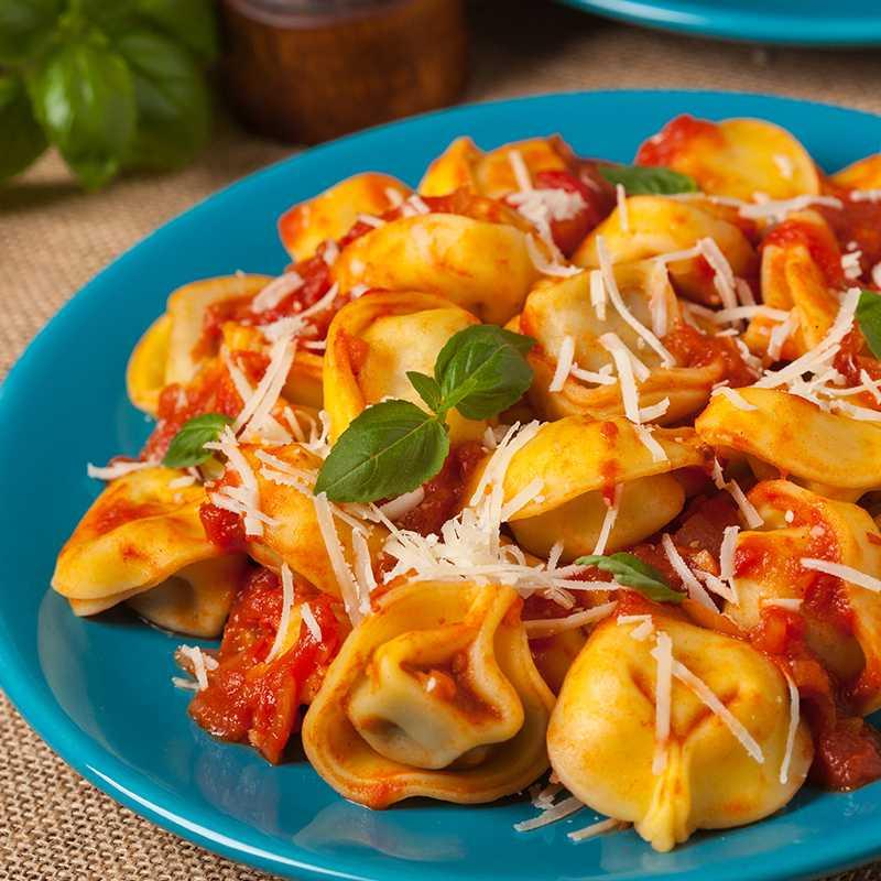 Tortelloni punjeni s četiri vrste sira u umaku od sušenih rajčica i bosiljka